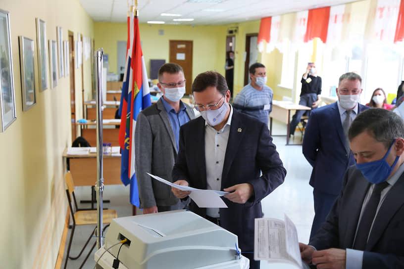 Губернатор Самарской области Дмитрий Азаров. Глава региона проголосовал на участке № 2918, расположенном в стенах родной школы №132.