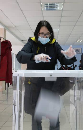 Голосующие соблюдали масочно-перчаточный режим.