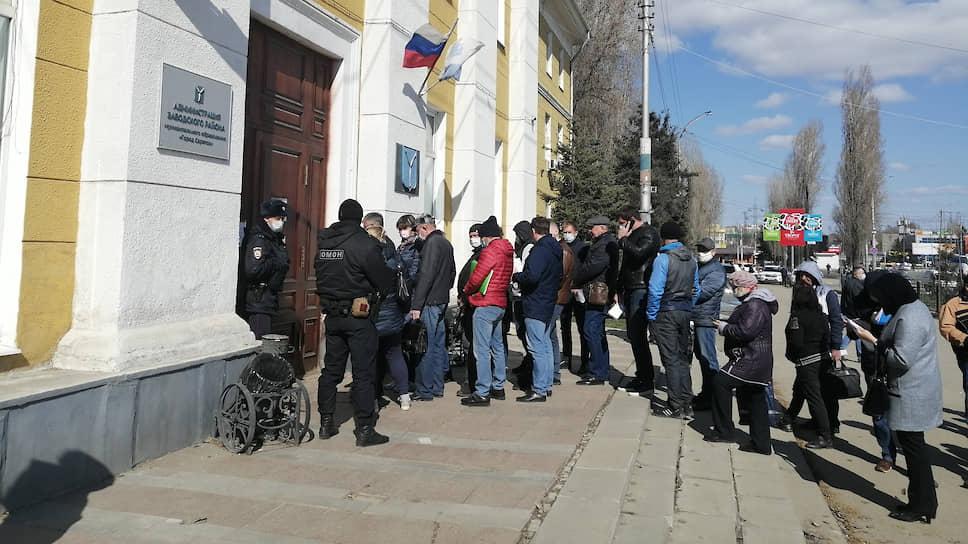 Пропускной режим пустили в массы / Введение новых ограничительных мер в Саратове перенесли на два дня
