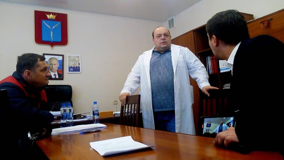 Главврач Олег Костин (вцентре) подписал увольнение 26сотрудников роддома