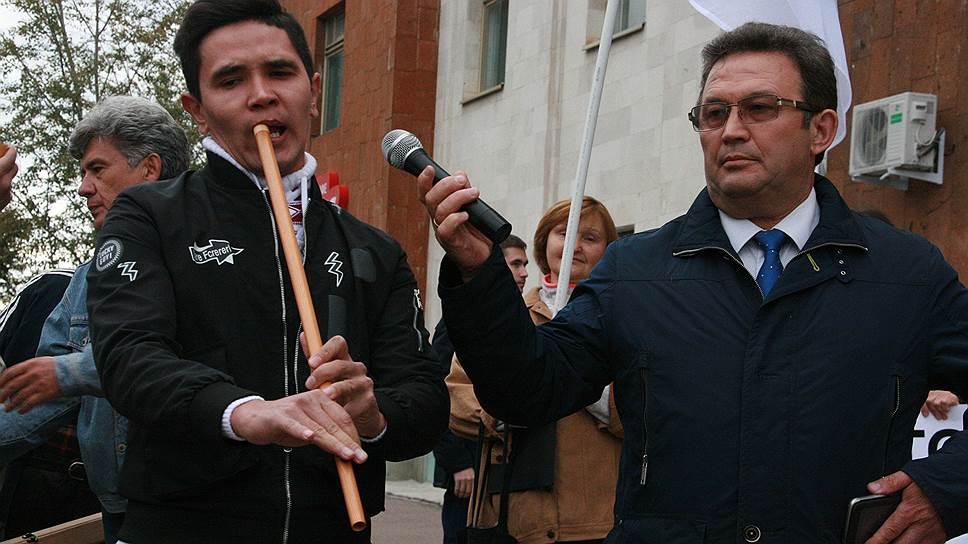 Сегодня суд должен рассмотреть дело об участии главврача РПЦ Фиргата Байрамгулова (справа) в несанкционированном митинге за отставку главы Башкирии