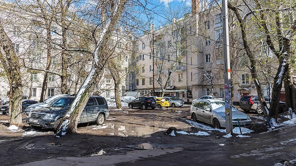 Штраф не пошел на поправку / Депутаты решили не смягчать наказание за парковку на газонах