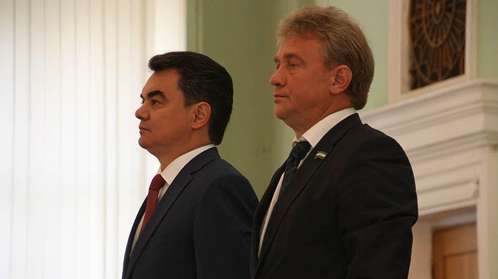 Депутаты горсовета (справа — спикер Валерий Трофимов) решили продолжить дело, начатое Иреком Ялаловым (слева)