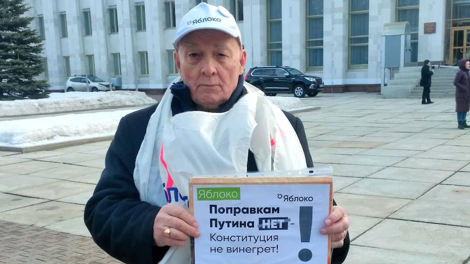 Депутатов встретили плакатами против поправок в Конституцию