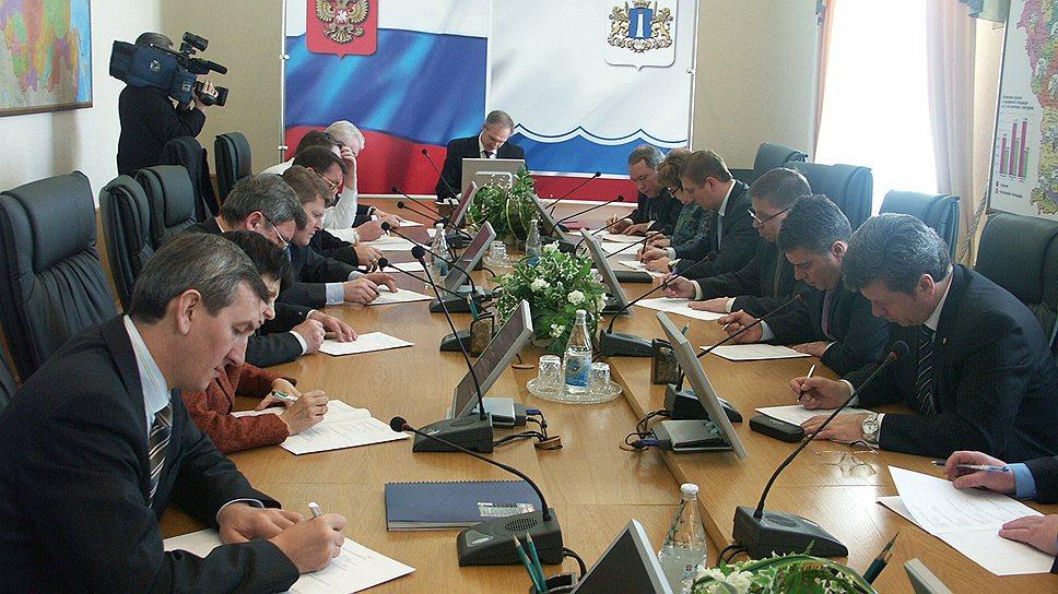 У Сергея  Морозова (в центре), давно борющегося за чистоту русского  языка, появились  новые союзники