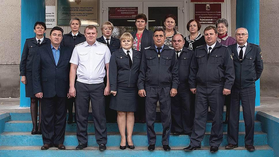 Сотрудники Госавтодорнадзора подтвердили, что Жозеф Еркнапешян (в центре) уехал с работы всопровождении оперативников ФСБ