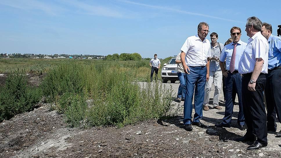 Глава ГК «АСБ» Юрий Хохлов (слева) и губернатор Алексей Гордеев (второй слева) искали «линии движения» к решению экологических проблем грибановского сахзавода