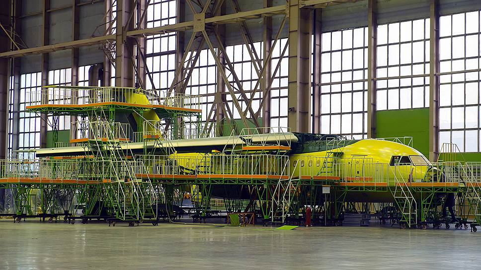 На фото: Воронежское акционерное самолётостроительное общество, цех окончательной сборки Ан-148.