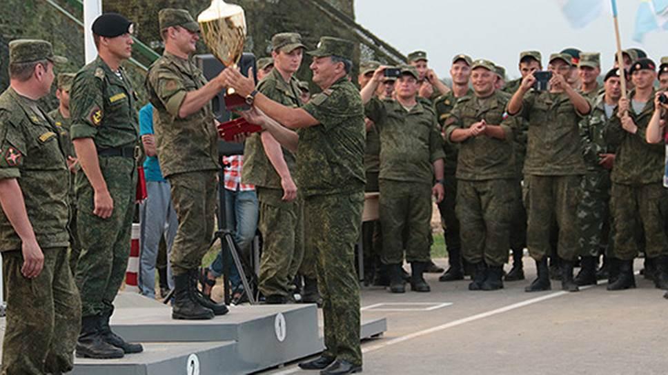 Генерал-майор Александр Перязев (в центре)