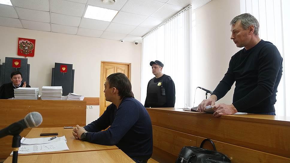 Экс-полицейский Сергей Бутяйкин (на фото справа) старался соблюдать конспирацию при переговорах с банкиром, утверждает Алексей Фомченков