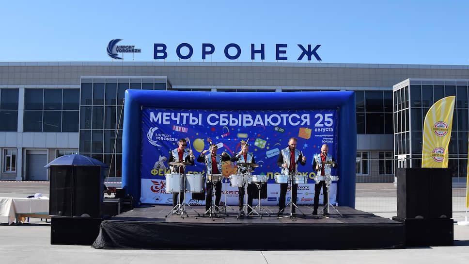Роман Троценко набирает пассажиров в Воронеже / Аэропорт хочет обслуживать 2,5 млн человек в год после строительства нового терминала