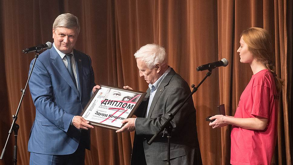 Губернатор Воронежской области Александр Гусев (слева) и театральный художник и писатель Эдуард Кочергин (в центре) на вручении Платоновской премии