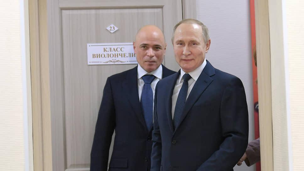 Губернатор Липецкой области Игорь Артамонов (слева) и президент России Владимир Путин (справа) во время поездки главы государства в Усмань Липецкой области
