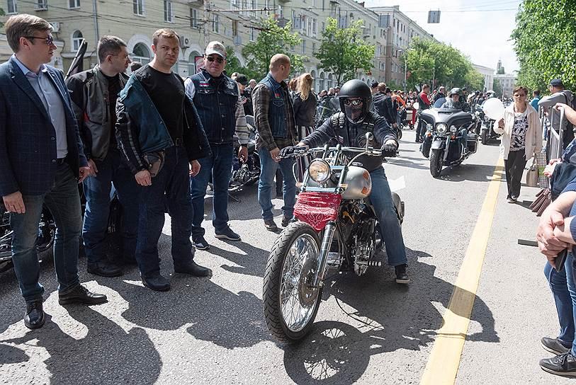Президент мотоклуба Iron Birds и бизнесмен Артем Чайка на мотоцикле Harley-Davidson
