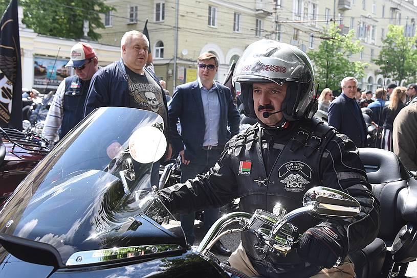 Группу белорусских байкеров возглавил старший  сын президента Белоруссии Виктор Лукашенко на мотоцикле Harley-Davidson.