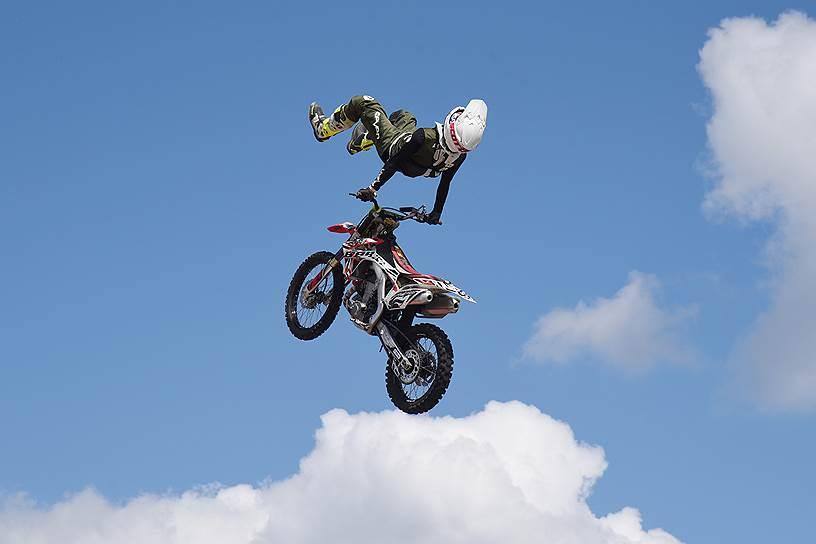 Шоу летающих мотоциклов от спортсменов FMX