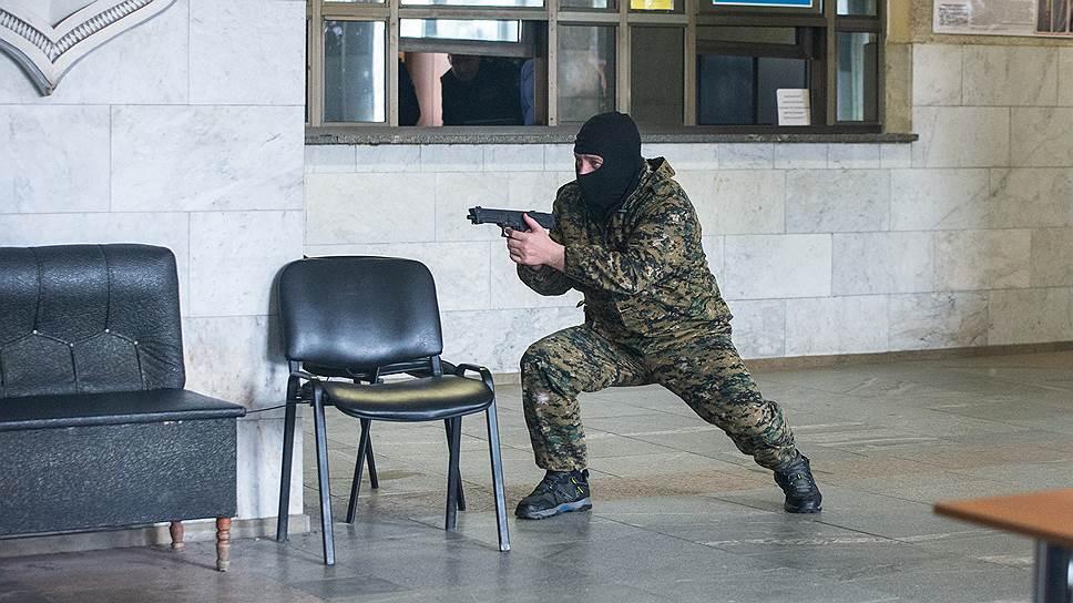 Согласно замыслу, вооруженные террористы захватили здание УГИБДД ГУ МВД России по Воронежской области вместе с находящимися там посетителями и сотрудниками