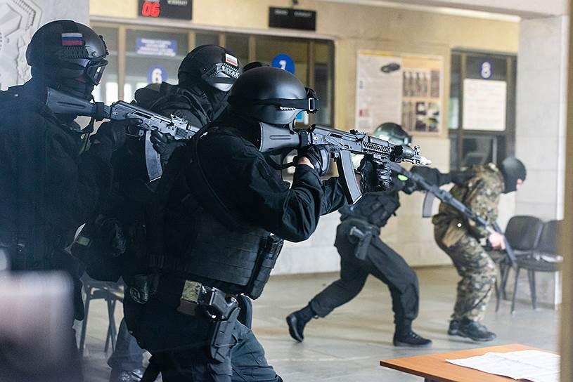 При нападении осуществлялась стрельба, в результате которой, по замыслу учений, были ранены мирные граждане