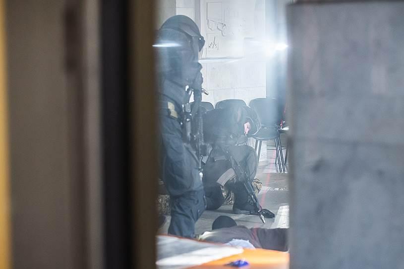 В проведенном антитеррористическом мероприятии было задействовано порядка 250 единиц специальной и военной техники, более 1,5 тыс. военнослужащих и гражданского персонала