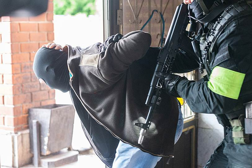 Совместные учения сил ФСБ, МВД, Росгвардии и МЧС — освобождение захваченного террористами здания ГИБДД.