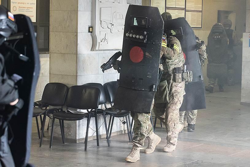 Совместные учения сил ФСБ, МВД, Росгвардии и МЧС — освобождение захваченного террористами здания ГИБДД