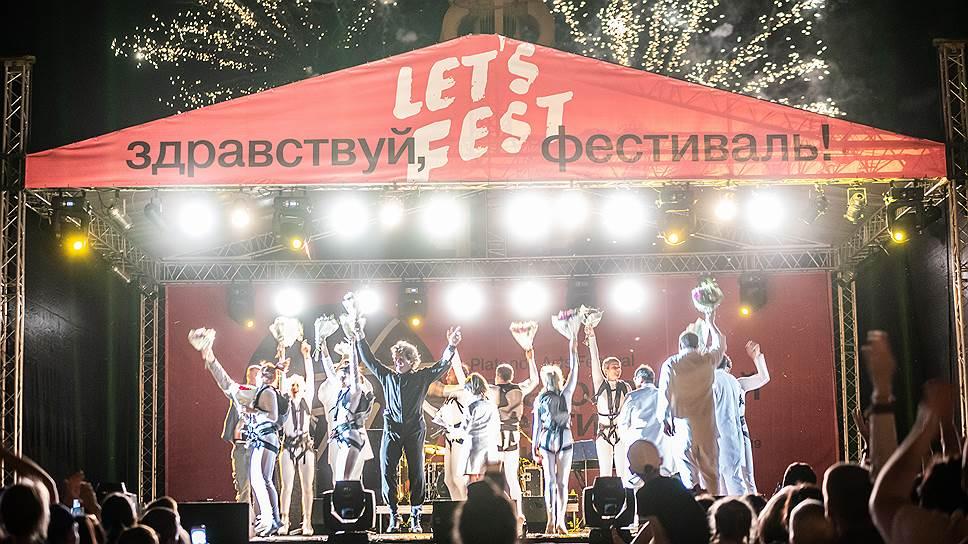 Фестиваль открыло шоу испанского высотного театра Grupo Puja! «Kaosmos»