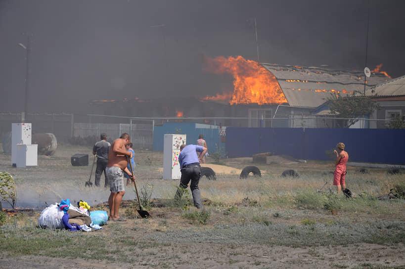 Сильный ветер способствовал быстрому распространению огня. На фото: жители Масловки копают заградительный ров, чтобы защитить уцелевшие дома от пожара