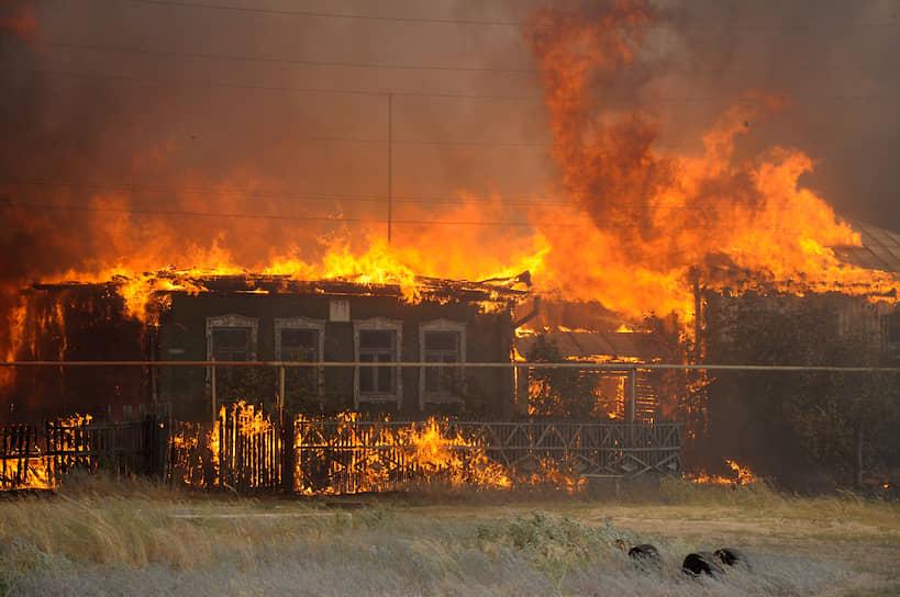 Позже выяснилось, что сотрудники МЧС все это время эвакуировали людей из больницы №8, которая также оказалась в плену огня