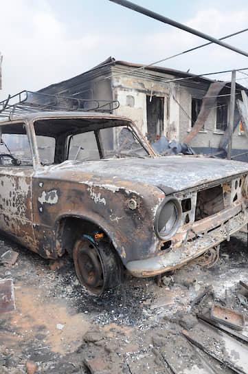 Во многих пострадавших дворах сгорели автомобили и мототехника