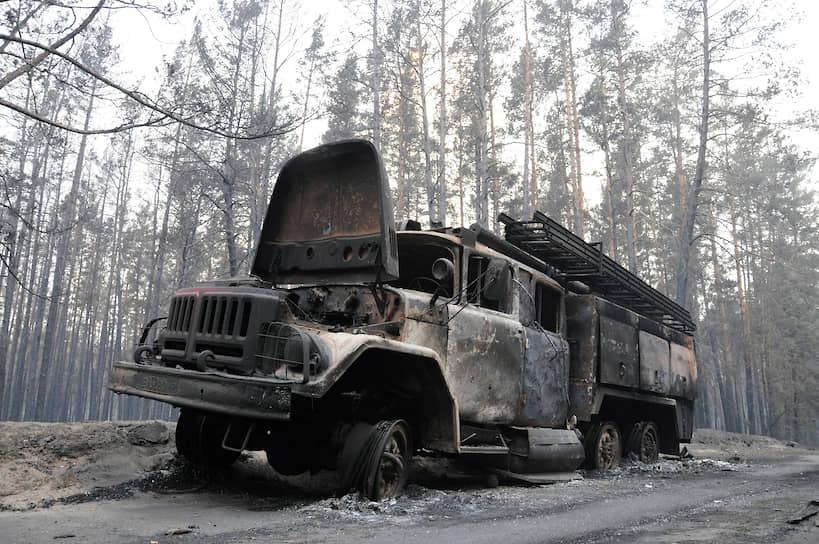 На фото: сгоревший во время борьбы с огнем пожарный автомобиль недалеко от турбазы «Маяк»