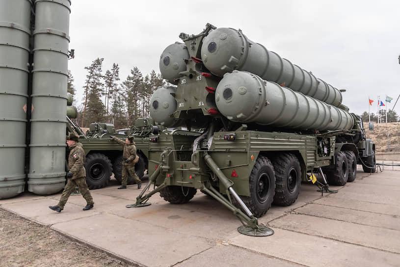 Впервые воронежский полк получил С-300 в 1991 году. С тех пор неизменным осталось только шасси (на базе автомобилей КРАЗ), а сам комплекс дважды модернизировался. Первая модернизация была проведена в 2013 году