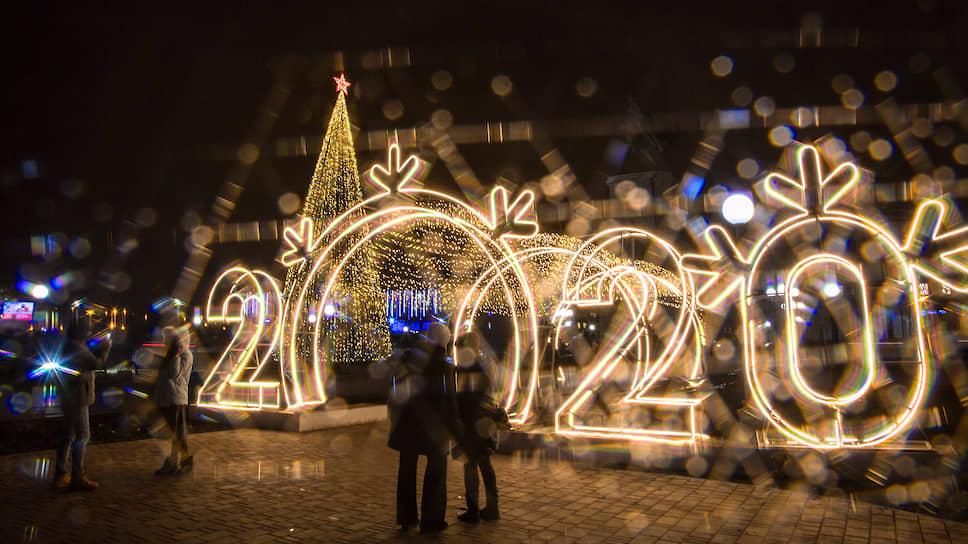 Главную елку Липецка купили за бюджетные средства. Ее стоимость составила 1,6 млн рублей. Высота ели на площади Петра Великого - 24 метра
