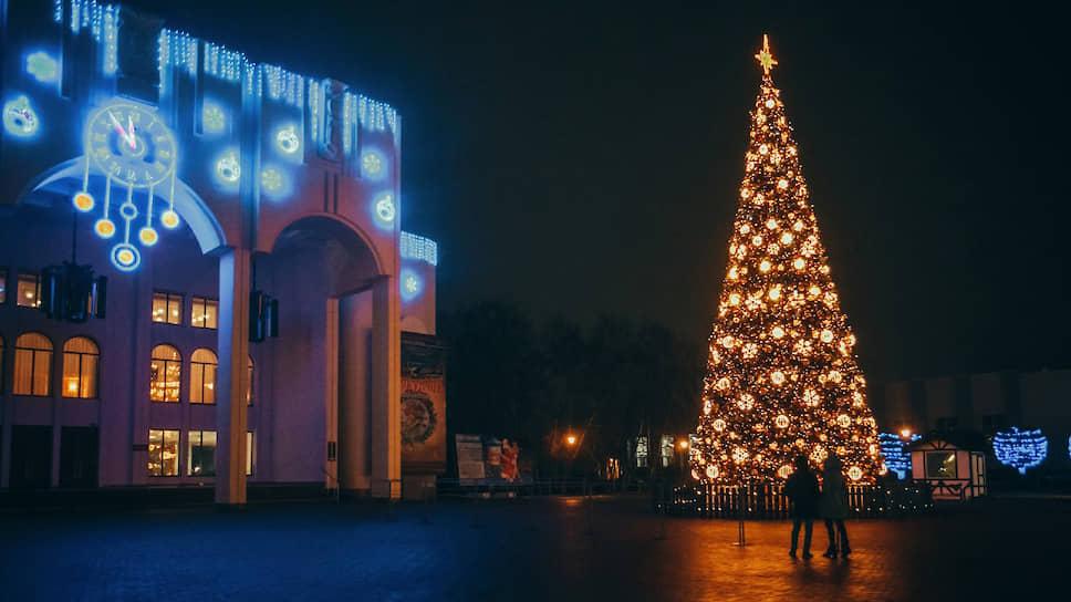 Главная курская елка в этом году переехала с Красной площади на Театральную. Светомузыкальная новогодняя ель высотой 15 метров и стоимостью 3,8 млн рублей куплена за деньги «Фармстандарт-Лексредства»