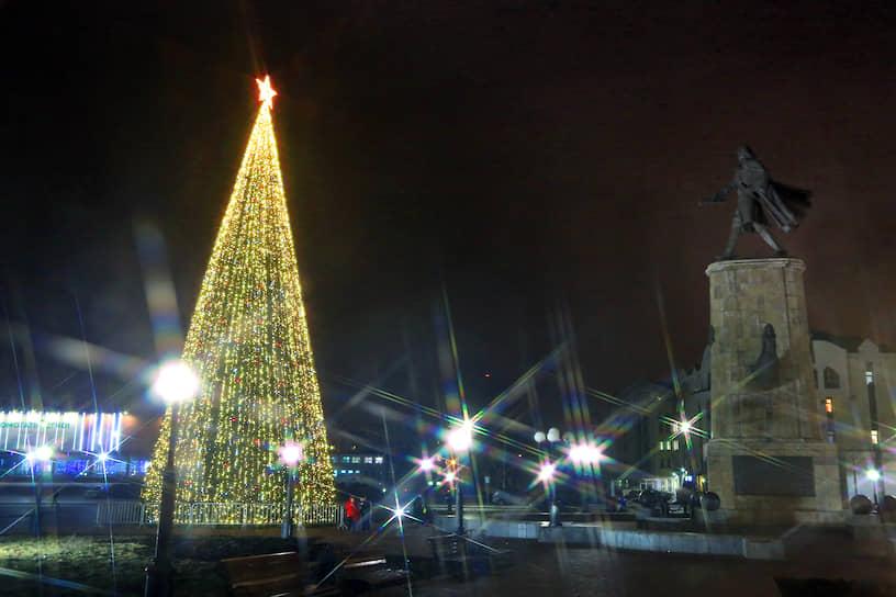 Липецкая новогодняя елка (18 метров) - третья в Черноземье по высоте после Белгорода и Воронежа