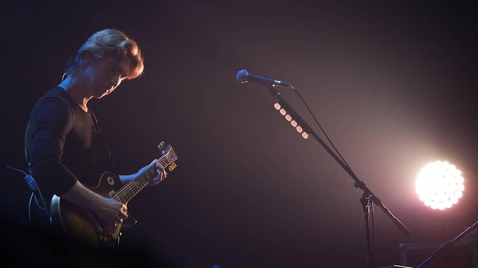 """Гитарист """"Мельницы"""" Сергей Вишняков порадовал собравшихся традиционными этно-роковыми гитарными партиями"""