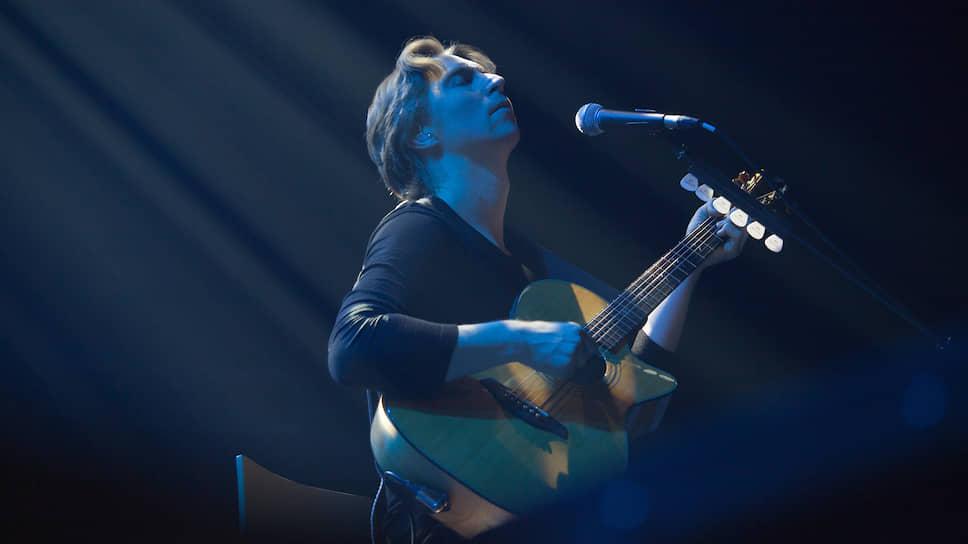 """Гитарист Сергей Вишняков работает в """"Мельнице"""" с 2010 года. Он не только исполнитель, но и автор всех партий акустических и электрических гитар, а также бэк-вокала."""