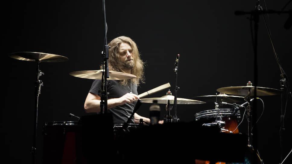 """Ударник Дмитрий Фролов пришел в группу 2005 году. В """"Мельнице"""" он играет не только на барабанах, но и на кахоне и разнообразной перкуссии."""