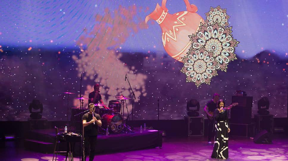 """""""Продолжаем душераздирать!""""— заявила Хелависа, представив выступивших сольно музыкантов, и продолжила концерт акустическими версиями любимых хитов, среди которых оказались и """"Дорога сна"""", и """"Невеста полоза"""", и """"Королевна""""."""