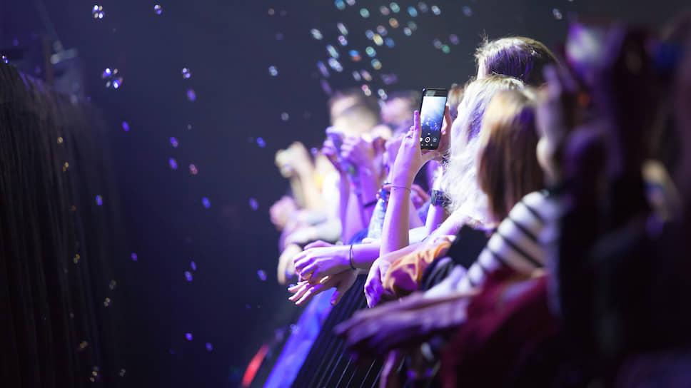 """Публика с восторгом воспринимала все, что предлагал коллектив, и даже пускала мыльные пузыри — флешмоб от поклонников во время песни """"Никогда""""."""