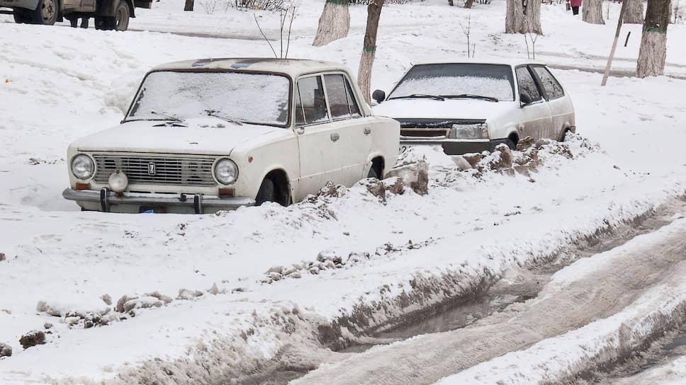 Март 2010 года. Брошенные на улице на зиму автомобили