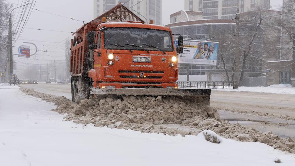 Декабрь 2018 года. Коммунальные службы чистят дороги в Воронеже во время снегопада