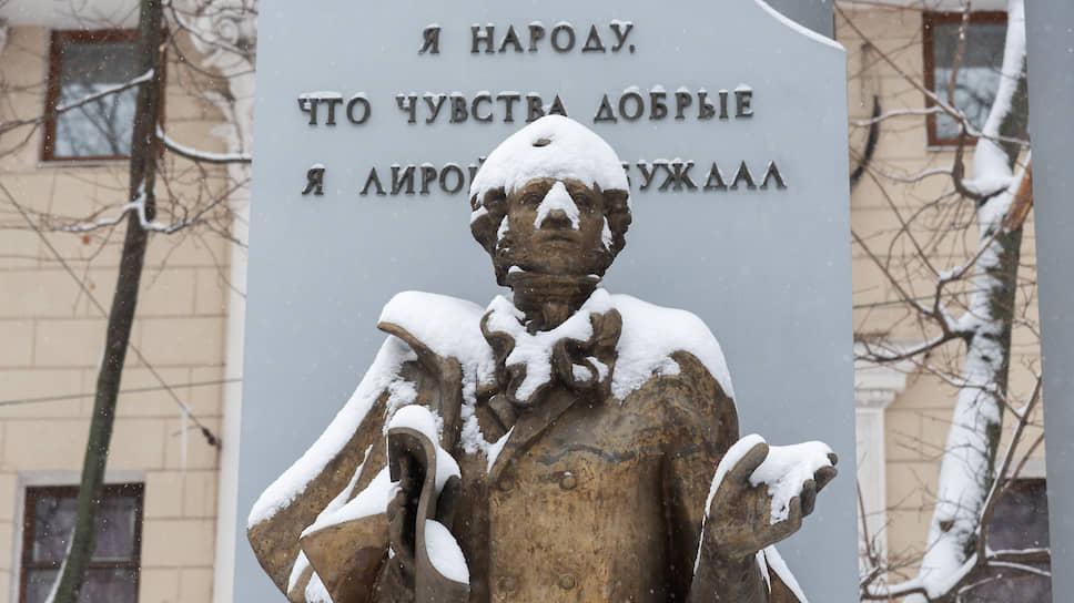 Декабрь 2018 года. Занесенный снегом памятник поэту Александру Пушкину в Воронеже
