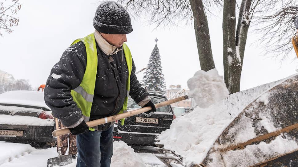 Декабрь 2018 года. Рабочий чистит парковку у офиса правительства Воронежской области