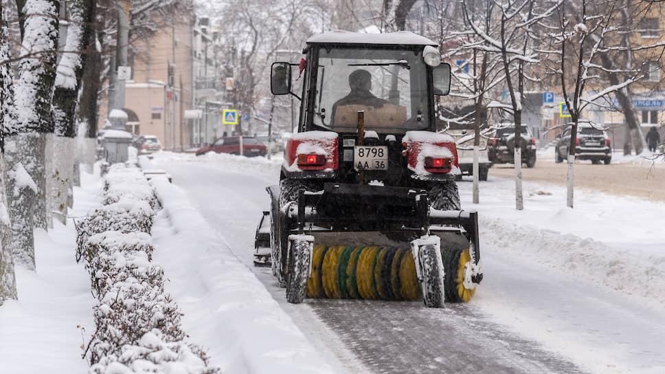 Декабрь 2018 года. Трактор коммунальных служб во время очистки тротуаров от снега во время снегопада в центре Воронежа