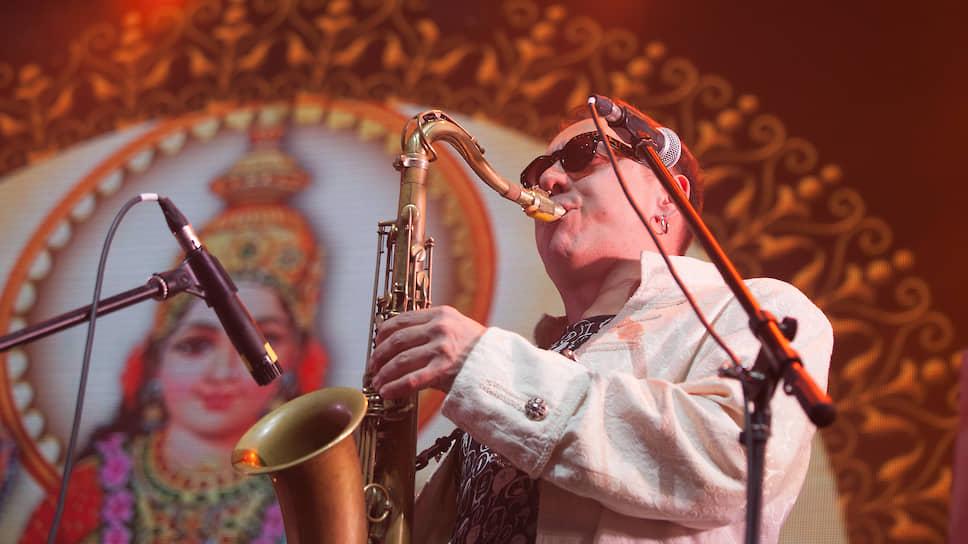 """Игорь Тимофеев. С 2003 года играет в группе """"Аквариум"""" на гитаре, флейте, саксофоне, кларнете, дудуке."""