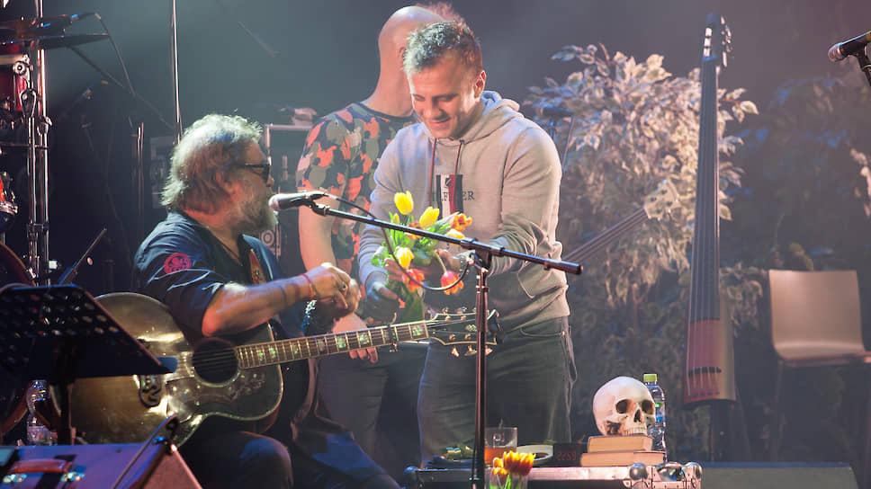 Во второй половине концерта цветы БГ дарили практически после каждой песни.