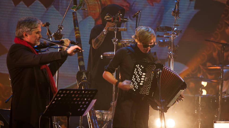 """Андрей Суротдинов (скрипка) и Константин Туманов (аккордеон), музыканты группы """"Аквариум""""."""