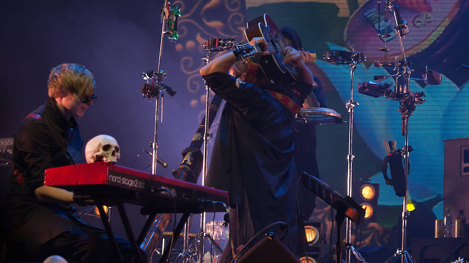 Во время исполнения одной из песен мэтр отечественного рока удивил зрителей, переместив гитару за спину и продолжив играть, как ни в чем ни бывало.