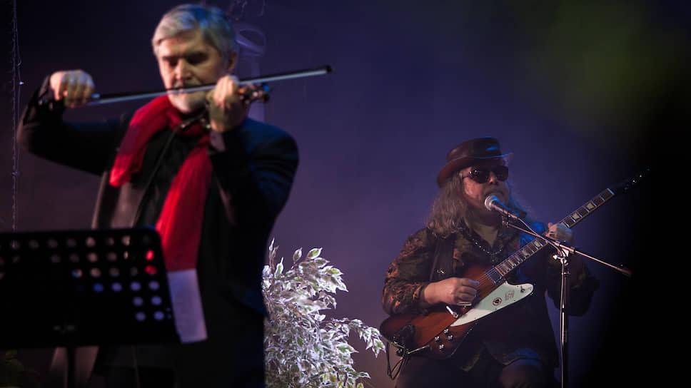 """Музыканты """"Аквариума"""" Андрей Суротдинов (скрипка) и Алексей Зубарев (гитара)."""