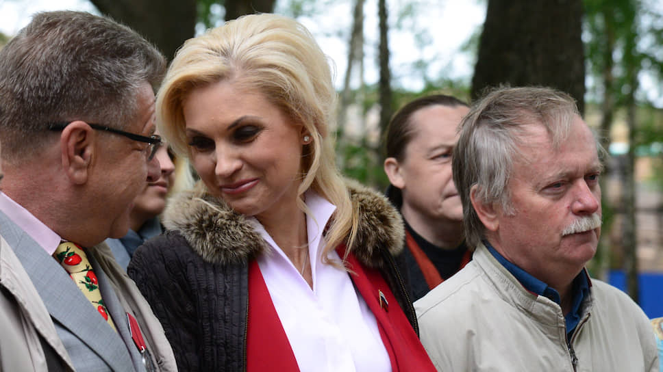 Оксана Ярковая (в центре), депутат воронежской облдумы. Слева — депутат облдумы Николай Гапоненко, справа — скульптор Юрий Астапченко